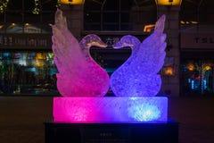 Los pájaros del amor hielan la escultura imagenes de archivo