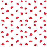Los pétalos color de rosa rojos modelan la tela en el fondo blanco Fotos de archivo libres de regalías