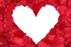 Los pétalos de las rosas rojas que forman el corazón aman tema en la tarjeta del día de San Valentín y Foto de archivo libre de regalías