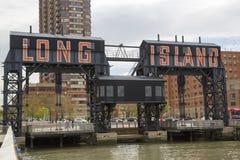 Los pórticos de acero históricos del ferrocarril en los cazadores señalan en la ciudad de Long Island, Queens fotos de archivo