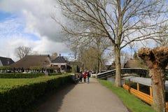 Los PAÍSES BAJOS - 13 de abril: Riegue el pueblo en Giethoorn, los Países Bajos el 13 de abril de 2017 foto de archivo