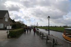 Los PAÍSES BAJOS - 13 de abril: Riegue el pueblo en Giethoorn, los Países Bajos el 13 de abril de 2017 fotografía de archivo