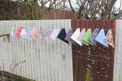 Los pañuelos fijaron sobre el alambre de la cerca Fotografía de archivo