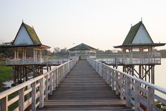 Los 2 pabellones con el puente con el espacio de la copia por la mañana fotos de archivo