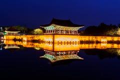 Los pabellones de la charca de Anapji encendidos encima como de tarde vienen encendido en Gyeongju Imagenes de archivo