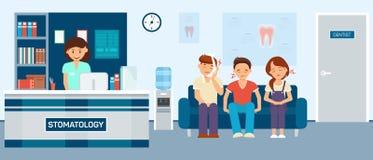Los pacientes trastornados con dolor de muelas se están sentando en la sala de espera de la estomatología Imagen de archivo libre de regalías