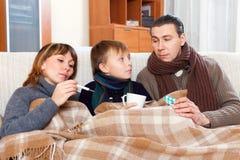 Los padres con el hijo adolescente están enfermos Fotografía de archivo