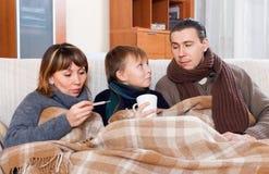 Los padres con el hijo adolescente son enfermos juntos Imagenes de archivo