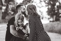 Los padres de amor caminan con su pequeña hija fotografía de archivo