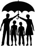 Los padres de la familia sostienen el paraguas del riesgo para la seguridad Fotos de archivo