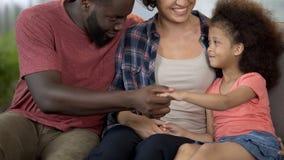 Los padres encuentran el acercamiento a su niño especial, curso profesional de la rehabilitación fotos de archivo