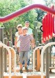 Los padres felices con el hijo adolescente superan la carrera de obstáculos Fotografía de archivo libre de regalías