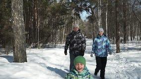 Los padres jovenes están corriendo para su pequeño hijo almacen de video