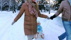 Los padres jovenes que corren, y montan a su niño almacen de metraje de vídeo