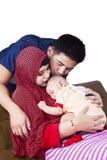 Los padres musulmanes besan a su bebé Imágenes de archivo libres de regalías