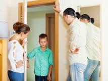 Los padres que se encuentran con regañan de hijo adolescente Imágenes de archivo libres de regalías