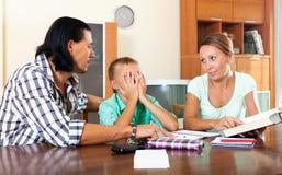 Los padres regañan a su hijo del alumno con bajo nivel de rendimiento Imagen de archivo
