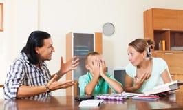 Los padres regañan a su hijo del alumno con bajo nivel de rendimiento Fotografía de archivo libre de regalías