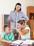 Los padres regañan a su hijo del alumno con bajo nivel de rendimiento Fotografía de archivo