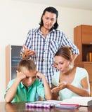 Los padres regañan a su hijo del alumno con bajo nivel de rendimiento Imagen de archivo libre de regalías