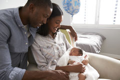 Los padres se dirigen de hospital con el bebé recién nacido en cuarto de niños imagen de archivo libre de regalías