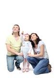 Los padres se sientan y abrazan a la hija fotos de archivo