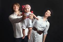 Los padres sostienen su estudio del bebé Imágenes de archivo libres de regalías