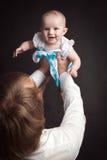 Los padres sostienen su estudio del bebé Foto de archivo libre de regalías