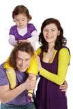 Los padres y la hija se sienta en el hombro del padre Fotos de archivo