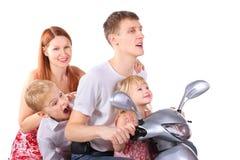 Los padres y los niños se están sentando en la motocicleta Fotografía de archivo