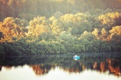 Los paisaje-pájaros soleados del otoño observan la vista del bosque y del río amarilleados otoño con el barco en la mañana tempra Imagenes de archivo