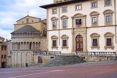 Los palacios antiguos que pasan por alto el cuadrado grande en Arezzo - Tusca Fotos de archivo libres de regalías