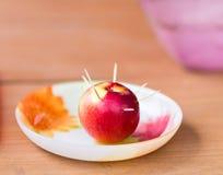 Los palillos apuñalan en manzana roja fotos de archivo