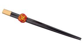 Los palillos chinos con oro rojo afortunado anudan, aislado en blanco fotografía de archivo