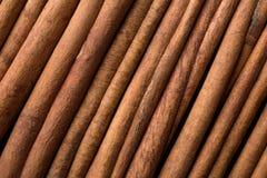 Los palillos de canela fragantes presentaron diagonalmente fotografía de archivo libre de regalías
