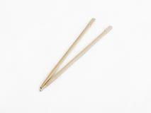 Los palillos de madera tradicionales usados para comer en el Este de Asia aislaron en un fondo blanco Imagen de archivo libre de regalías
