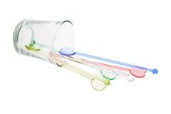 Los palillos de swizzle plásticos del color desbordaron el vidrio Foto de archivo