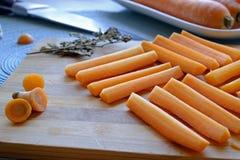Los palillos de zanahoria frescos ajustan la cosecha lateral del paisaje borrosa fotografía de archivo