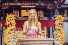 Los palillos del incienso en el pote del palillo de ídolo chino están quemando y uso del humo para p Fotos de archivo libres de regalías