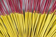 Los palillos del incienso están secando la luz del sol inferior al aire libre en Cao Thon, el pueblo tradicional vietnamita de lo Imagen de archivo libre de regalías