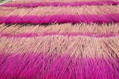 Los palillos del incienso están secando la luz del sol inferior al aire libre en Cao Thon, el pueblo tradicional vietnamita de lo Fotos de archivo