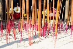 Los palillos del incienso se queman para la adoración en taoísmo Foto de archivo libre de regalías
