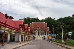 Los palos fluyen de la colina en el templo de Wat Khao Chong Phran Imagen de archivo libre de regalías