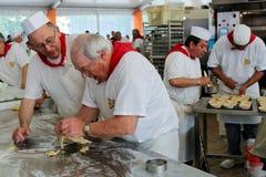 Los panaderos hacen los pasteles en la competición de la panadería Fotografía de archivo