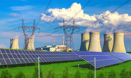 Los paneles de energía solar ante una central nuclear Dukovany foto de archivo libre de regalías