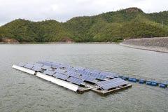 Los paneles de energía solar flotantes Fotografía de archivo