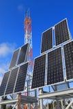 Los paneles de la energía solar están entre el taiga siberiano Foto de archivo libre de regalías