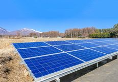 Los paneles de la energía solar, los módulos fotovoltaicos para la innovación ponen verde e Foto de archivo libre de regalías