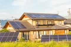 Los paneles de la energía solar, los módulos fotovoltaicos para la innovación ponen verde el en Fotografía de archivo