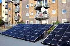 Los paneles de las células solares en la terraza de la construcción - concepto verde de la energía imágenes de archivo libres de regalías